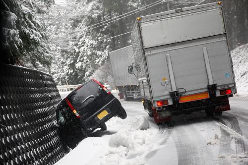 突然の大雪にノーマルタイヤでも慌てないための自動車運転の基礎知識![未分類tags] 3
