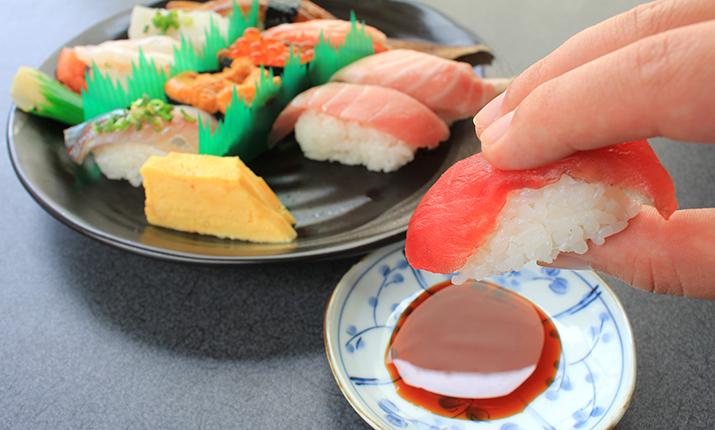 お寿司は手で食べる?箸で食べる?正解と理由について[マナーtags] 1